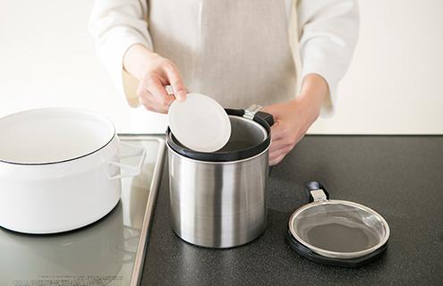 調理後の油を「油っくりん」に入れて油を濾す。